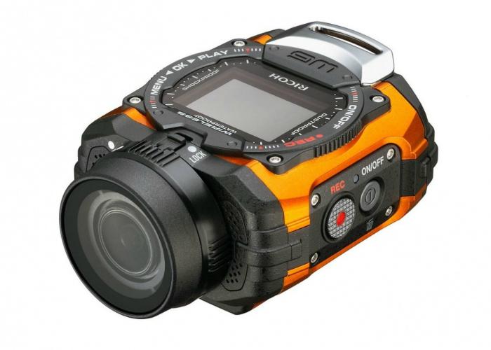 Новинка Ricoh WG-M1 действительно невелика, к тому же она довольно лёгкая по меркам класса защищённых камер. При этом производитель заявляет, что камера легко выдерживает морозы до 10 градусов, падение с высоты 2 метров и погружение на глубину до 10 метров.