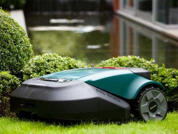 Автоматизированная удобная газонокосилка под названием - Robomow RL2000.