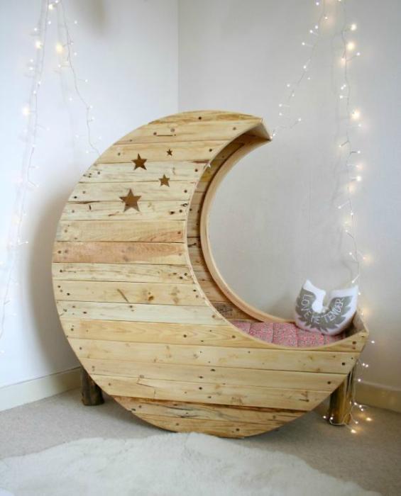 Детская кроватка в форме месяца.
