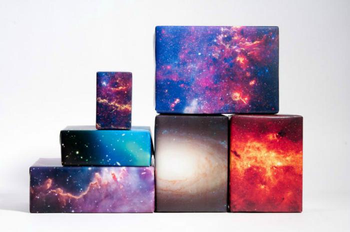 Упаковочная бумага имитирующая космическое небо.