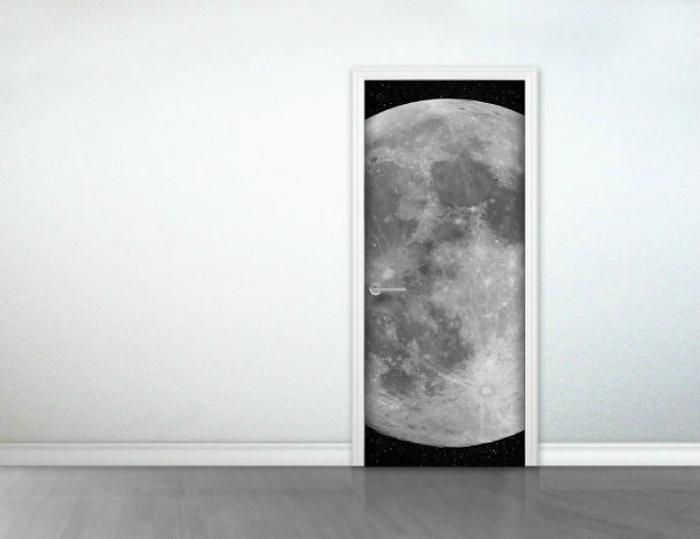 Дверь декорированная картиной луны.
