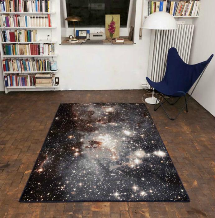 Стильный коврик имитирующий космос.
