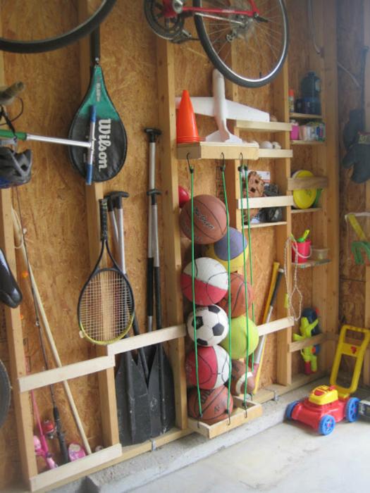 Практичная деревянная стенка для спортивного инвентаря.