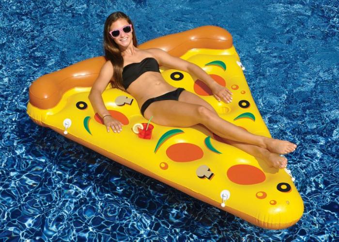 Оригинальный надувной матрас в виде кусочка пиццы, который можно приобрести по цене в 50 долларов США.