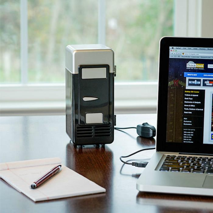 Функциональный мини-холодильник, который работает от USB порта. Стоимость такого девайса составляет около 20 долларов США.