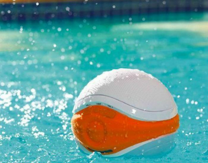 iSplash Floating Pool Speaker — это оригинальная компактная водонепроницаемая колонка, которую можно брать с собой в бассейн или на пляж. Приобрести такую акустическую систему можно по цене в 80 долларов США.