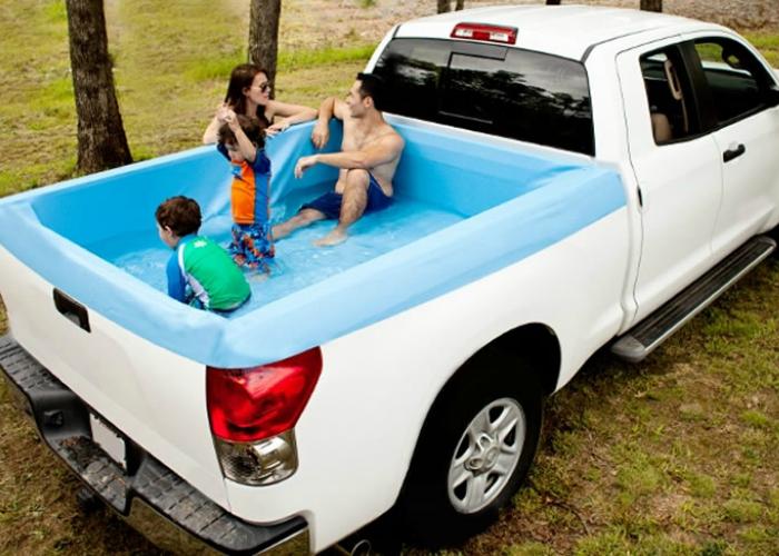 Компактный бассейн для пикапа, который позволит своему владельцу окунутся в воду в собственной машине. Приобрести такой девайс можно по цене в 200 долларов США.