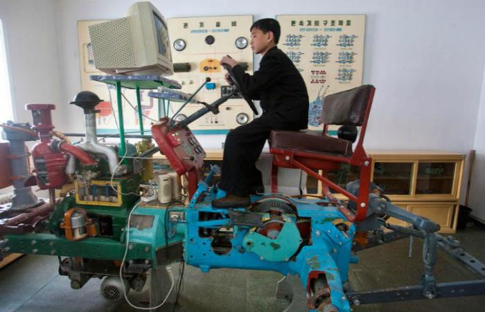Северокорейский симулятор трактора.
