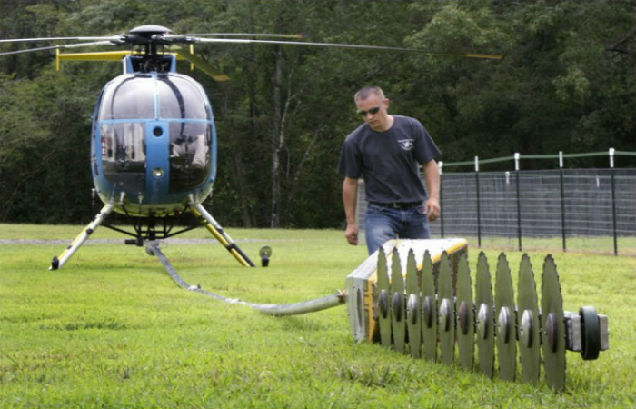 Функциональный вертолет для спилки деревьев.