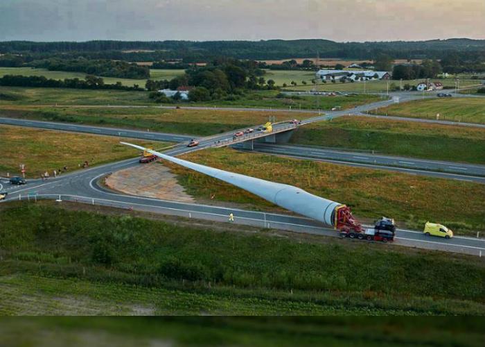 Перевозка самой большой в мире лопасти для ветряной трубы.