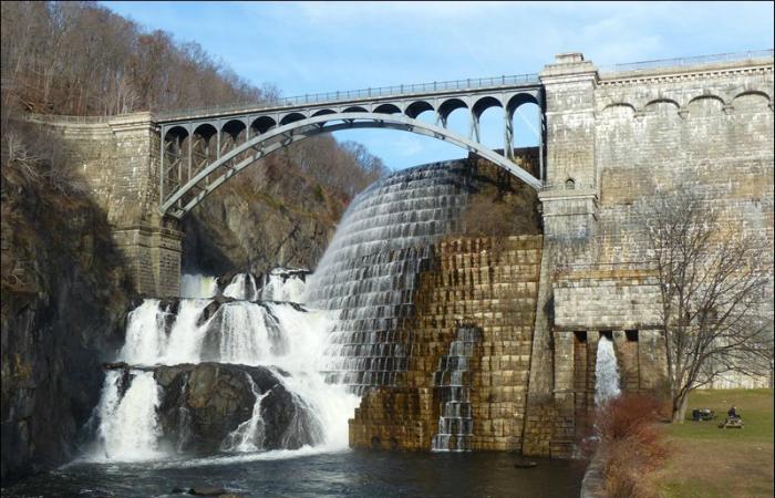 Необычная дамба под названием - New Croton Dam, которая пересекает реку Muskegon и находится в штате Мичиган.