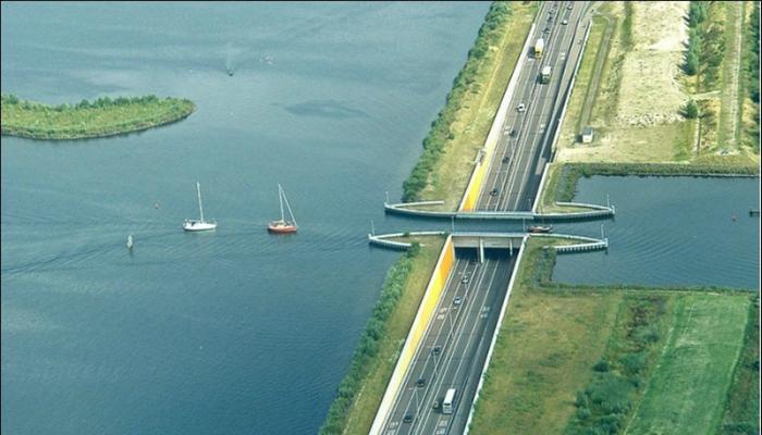 Нидерландский акведук Veluwemeer - это удивительное архитектурное сооружение, которое соединяет два искусственных озера.