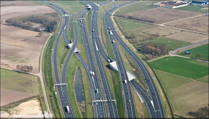 Многоветвевая современная транспортная развязка.