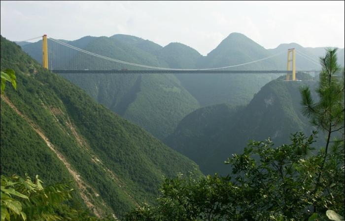 Один из самых высоких мостов в мире под названием - Си Ду, который находится в Китайской Народной Республике.