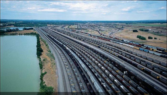 Множество компактно вмещенных железнодорожных путей в штате Небраска.