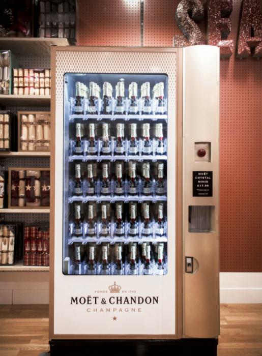 В Селфридже находится новый необычный автомат по продаже шампанского под названием - Moët & Chandon. Данная модель вмещает в себя до двухсот бутылок. Стоимость одной составляет 18 фунтов стерлингов.