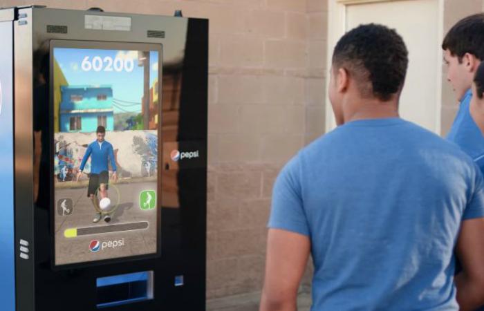 Компания Pepsi, представила свой новый вендинговый автомат с технологией зондирования движений. Пользователь должен удержать виртуальный мяч в течение 30 секунд, после чего ему будет выдан приз в виде бутылки Пепси.