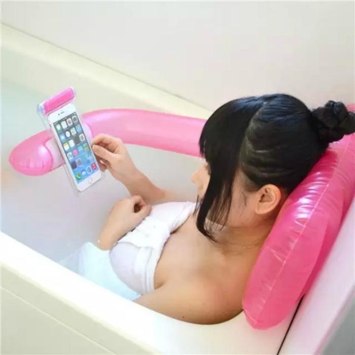 Уникальный надувной держатель для смартфона в ванной.