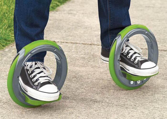 Необычное сочетание скейтборда и роликов в новых кольцевых коньках, стоимость которых составляет 100 долларов США.