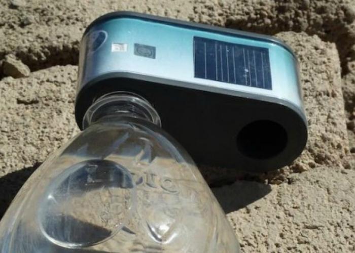 WADI – это миниатюрный гаджет, который способен не только очистить воду от различных микробов, с помощью ультрафиолетовых лучей, но и известить об этом своего владельца.