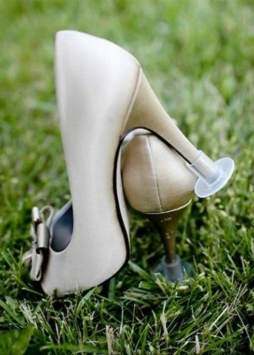 Благодаря этим пластиковым накладкам теперь каждая девушка сможет удобно и уверенно передвигаться по траве в туфлях со шпилькой.