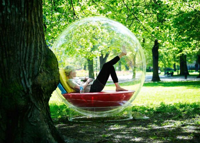Комфортный стеклянный шар, способный защитить человека от дождя, снега, а также сохранить личное пространство.
