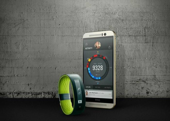 Водонепроницаемый фитнес-трекер - HTC Grip, который можно брать с собой на пляж.