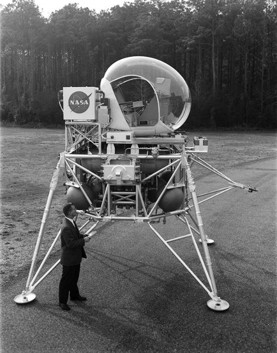 Необычный летательный модуль.