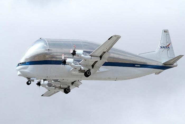 Небольшой транспортный самолет под названием - Super Guppy.