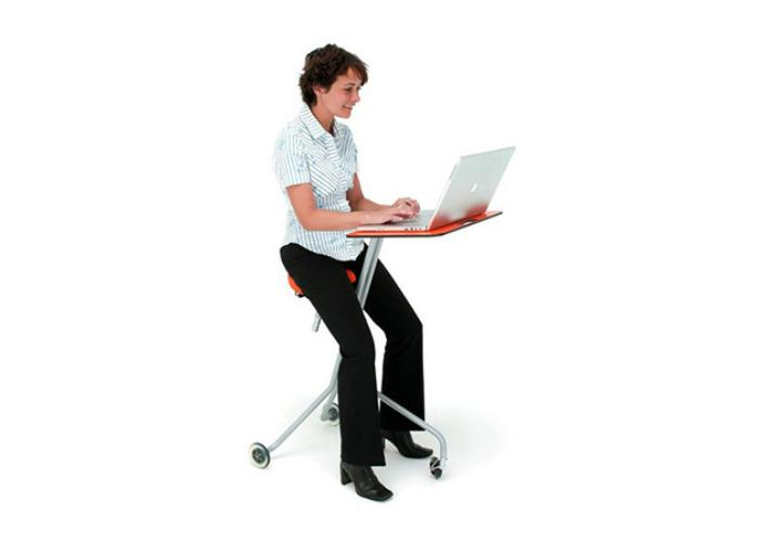 Соединив стол на колесиках и кресло, дизайнеры получили мобильное и нестандартное рабочее место под названием Mobile Desk.