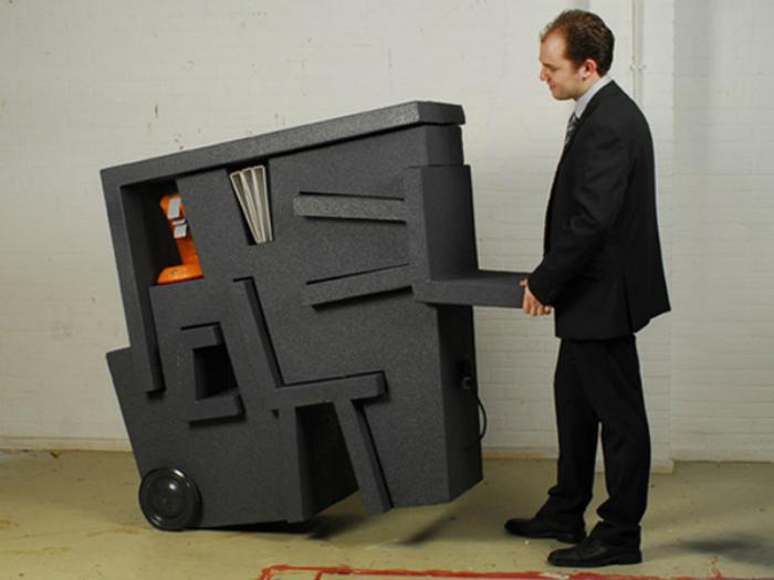 Набор мебели Kruikantoor состоит из стола, двух стульев и системы полочек для хранения бумаг.