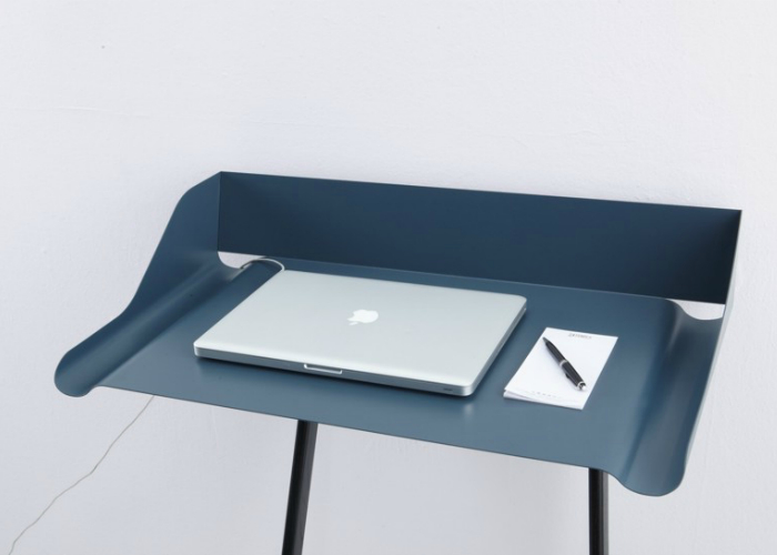 """Швейцарский дизайнер Нандо Шмидлин (Nando Schmidlin) создал стол под названием """"Шторх"""". Пазы по бокам сделаны для письменных принадлежностей. Ножки сделаны из массива дуба, а столешница стальная. Доступен он в двух цветах – синем и белом."""