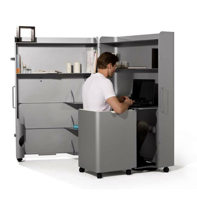 Armoire Box Office – это алюминиевый шкаф, который при открытии оказывается рабочим местом. Стол, кресло, стеллажи, полки для документов – здесь есть все, что нужно стандартному офисному работнику.