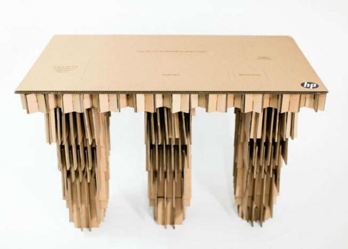Очень крепкий и удобный стол из картонной коробки.