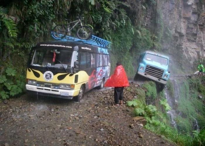Опасная дорога в Боливии под названием - South Yungas Road.