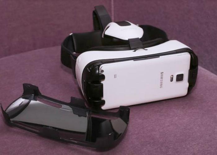 Новое видео наглядно показывает, каков пользовательский интерфейс Gear VR и насколько удобно ими управлять, чтобы смотреть видео. Также можно увидеть, как с помощью данных очков играть в игры. Общее впечатление от Gear VR довольно захватывающее.