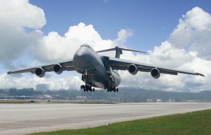 Военно-транспортный самолет под названием - Lockheed C-5 Galaxy.