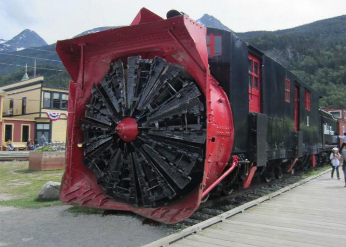 Роторный снегоочиститель для железной дороги.