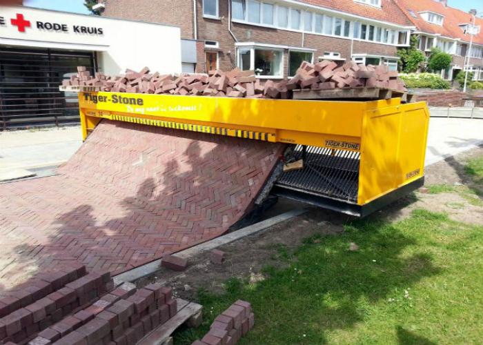 Функциональная машинка по укладке тротуарной плитки под названием - Tiger Stone.