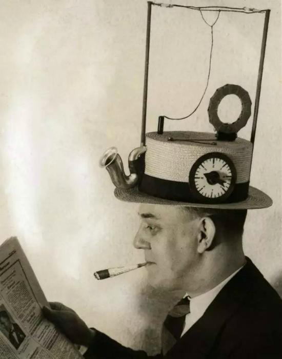Необычная функциональная радиошляпа, способная принимать сигналы и воспроизводить трансляции.