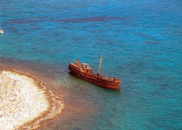 Остатки небольшого заброшенного грузового корабля под названием - Димитриос «Klintholm».