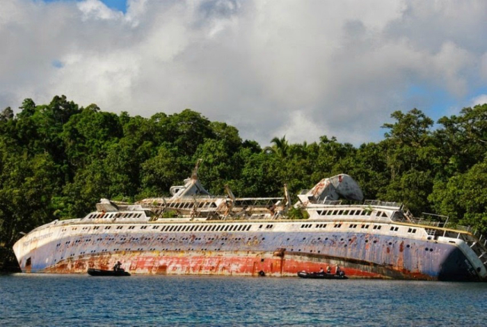 Затонувшие круизное судно под названием - Первооткрыватель мира.