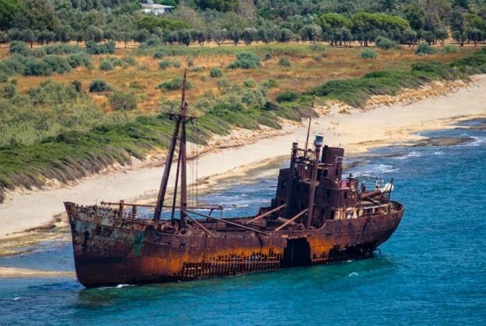 Небольшой грузовой корабль под названием - Димитриос «Klintholm».