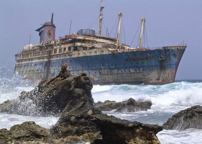Заброшенный океанический лайнер под названием - SS Америка.