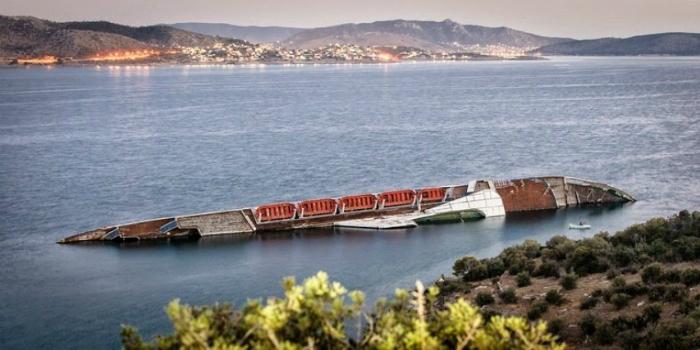 Затонувший круизный лайнер под названием - Средиземноморское небо.