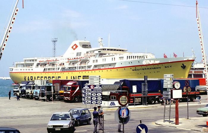 Круизный лайнер под названием - Средиземноморское небо.