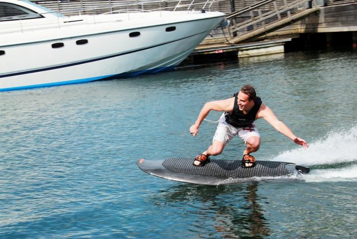 Функциональная электрическая доска для серфинга, которой не нужны волны.