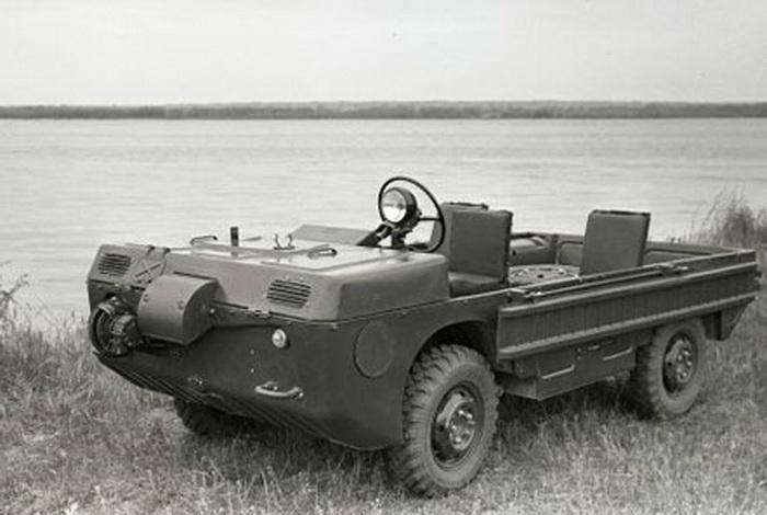 ЗАЗ 967 – это советский прототип транспортёра переднего края, который имеет полный привод и может преодолевать незначительные водные дистанции.