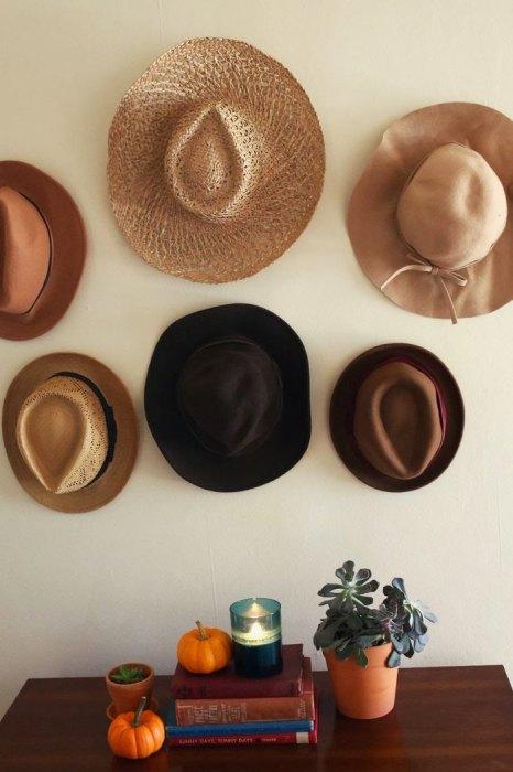 Шляпы на стене.