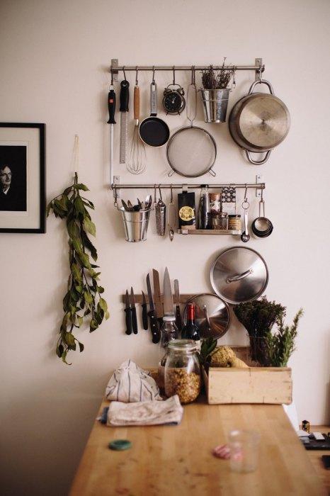 Рейлинги в интерьере кухни.